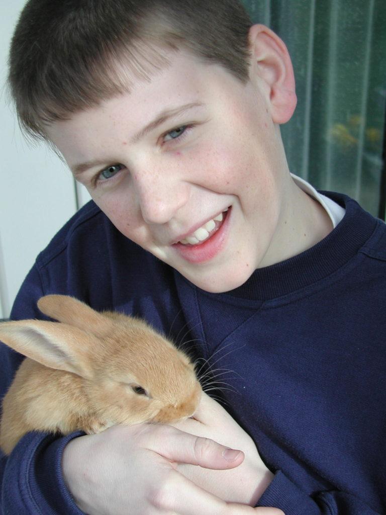 die Kinder können schon früh unter Beobachtung der Eltern mit den Tieren umgehen!