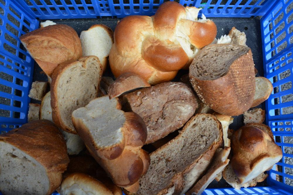 Altes Brot kann über die Kaninchen verwertet werden, wenn beim Backen möglichst dunkles Mehl eingesetzt worden ist.